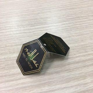 etiquetas negras impresas con tinta dorada